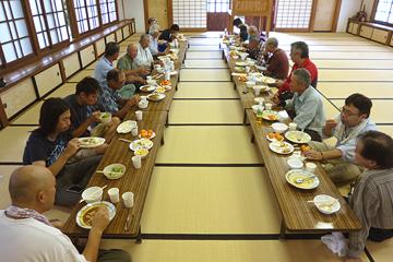 向嶽寺の大衆禅堂で昼食会の様子