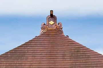 本堂棟の鬼板(木下地銅製)