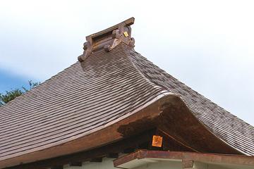 美しい屋根の曲線(茅型屋根のてり)