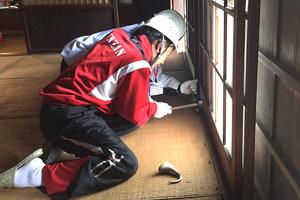 2日日 東京都福生市の登録文化財の現場へ 床に敷いてあったゴザをはずして整理