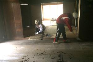 同現場 続いて床板の清掃作業を体験