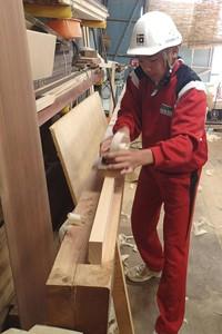 大工道具のカンナで、木材を削る体験