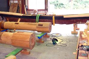 修理工事、鳥居の島木・笠木の修理の様子