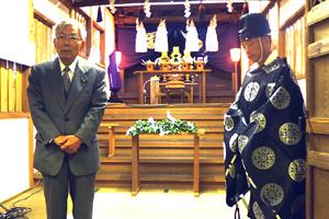 竣工奉告祭で挨拶する氏子総代長の有泉一征氏…