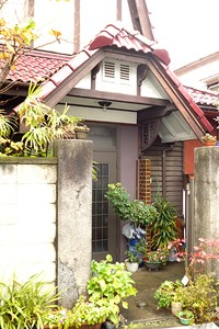 大正9年に建てられた東京市営住宅の玄関先、洋館になりきれていないところが良いと思えるのです