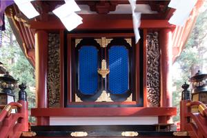 印象的な御扉の群青色は、顔料を膠(にかわ)で溶いて着色されました