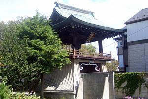 工事着工前 屋根は桧皮葺き型の銅板葺だが、創建当時は茅葺きであったらしい