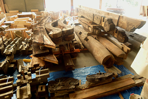 伝匠舎作業場に解体格納された総門の全パーツ