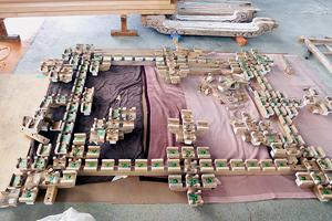 桁から下の部材は全部材を敷き並べ、破損欠損部分を修理