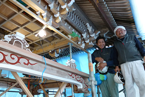 工事に携わった弊社の岩間一治棟梁(右)と手元大工の石川威重