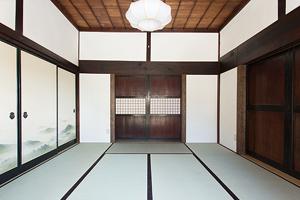 「中の間(8畳)」 正面の両袖壁は耐力壁、田舎戸は両引き戸、通風のために1間の開口を確保