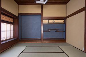「奥座敷(8畳)」 床の間の青い壁は特注の砂壁