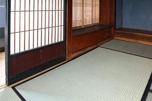 「奥座敷」 床を6cm下げた為、畳寄せが化粧で見える。古建具の下枠に下駄をはかせて高さを調整
