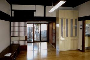 「居間」 建具は両引きで1間の開口を確保、右の食器収納の裏には耐力壁が
