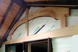 工事中 妻壁は雨水の防水のため大壁とする。化粧材として付け桁、付け梁(曲り材)を施す