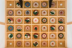 竣工 花の彫刻を配した内陣の格天井