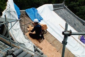 屋根の修理工事の様子