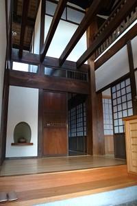 玄関ホール内観 太い大黒柱が二階の梁まで届く
