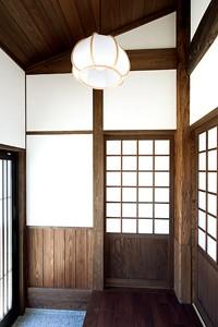 竣工(玄関) 大黒柱に合わせて新材も古色に