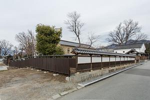 南西隅より右に源氏塀を移設復元、左に板塀新設