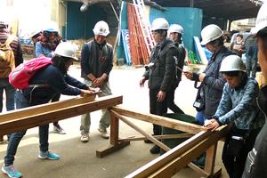 「カンナ」で桧の材木を削る体験