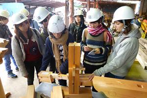 木組みの模型を分解したり組み立てたり、日本の木造建築を学ぶ