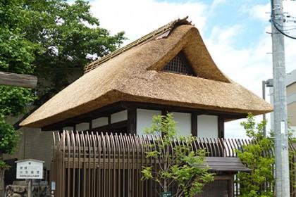 茅葺きが完了した陣屋門の屋根