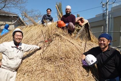 右に茅葺棟梁の加々美、左に工事監督の石川 奥は大谷内・新津の若手職人二人