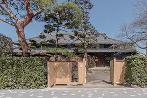 桧造りの正面門扉