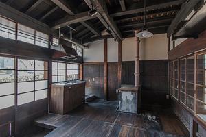 旧台所(現在は事務室として使用予定) カマドから立つ土管の煙突が面白い
