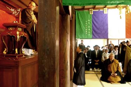 多くの檀信徒に見守られる中、かわいいお弟子さんに法を説く新住職