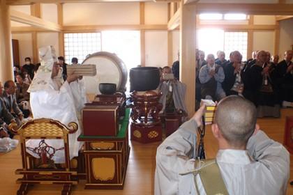 多くの檀信徒が集まる中、落慶の法要が厳かに執り行われた