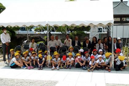 大勢の檀信徒に混じってかわいい子どもたちも式典に参加