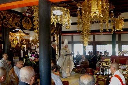 多くの檀信徒の集まる中、落慶の法要が厳かに執り行われた