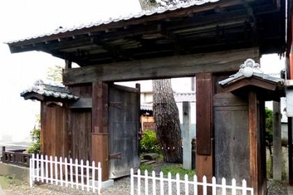 修理の完了した陣屋門(正面)