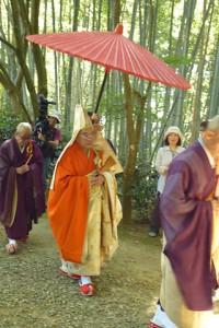 一団の中心は赤い大きな傘の下を行く管長猊下。 開山堂へと向かう