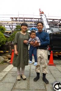 弊社の大工職人・清水進。神奈川県の社寺を手掛ける工務店で修行の後、伝匠舎に勤務。 ご家族が見学に来たので記念撮影。