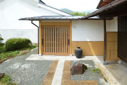 竣工前室玄関外観とアプローチ