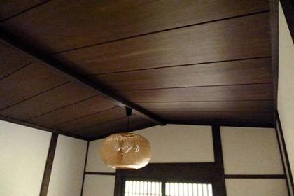 玄関は船底天井に改めた