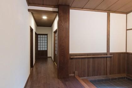 玄関より西へ延びるうち廊下 角に大黒柱を新設