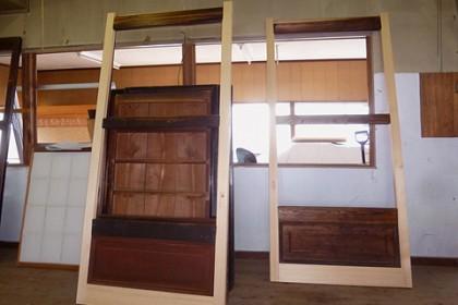 修理される正面入り口の建具(六本組)