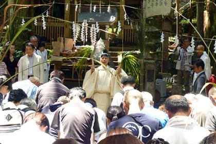 隋神門の前でお祓いを受ける大勢の信者