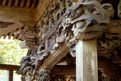 明治8年に建立された本殿は優れた無数の彫刻で飾られている