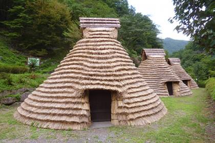葺き替えが完成した茅葺き屋根(正面) 古代の面影を伝える段葺という葺き方