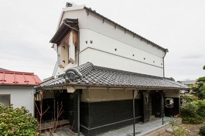 修理が完了した旧田中家座敷蔵(南東面)