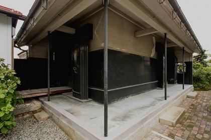 修理が完了した座敷蔵の外縁 灰漆喰
