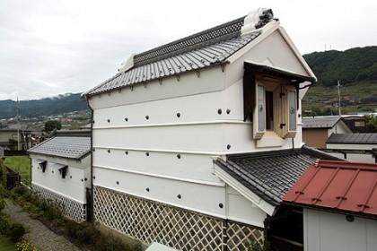 修理が完了した旧田中家座敷蔵(南西面)