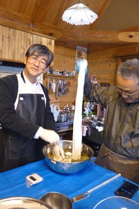まず五倍子を煮た染料液に2分浸します