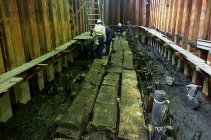 シートパイル工法(施行前に止水矢板で区画)による止水壁が施され、川底の土台を見通すことが出来る
