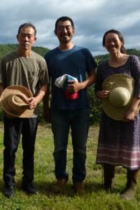向山黒富士農場会長(左)と岡田ご夫妻